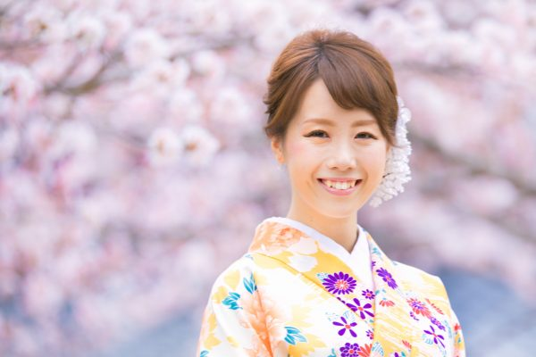 Marriage engagement photo shooting wearing rental Kimono with professional freelance photographer in Gion Kyoto